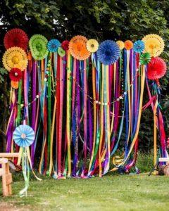 ทำซุ้มปีใหม่ด้วยเชือกฟางสีรุ้งวางสีสลับกัน